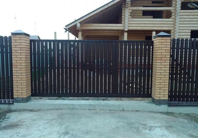 Ворота и забор из металического штакетника