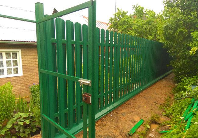 Ворота и забор из металлического штакетника